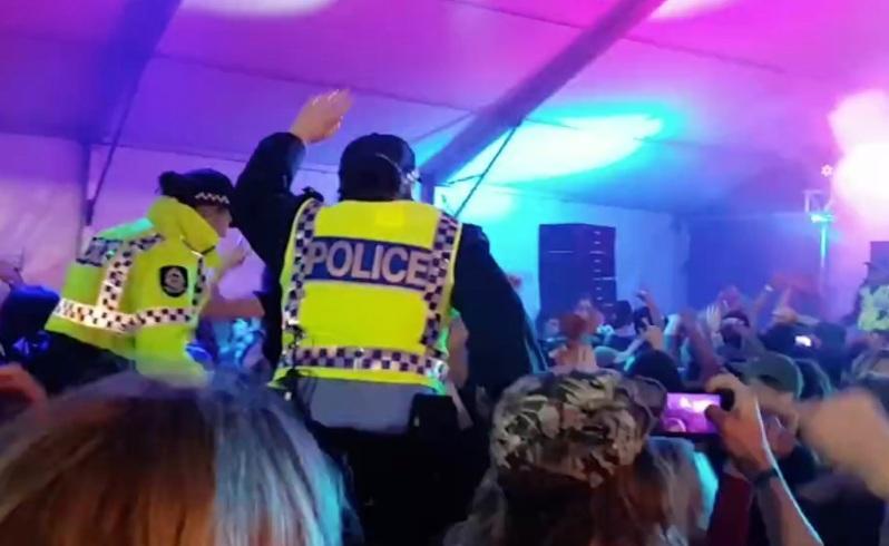 ปาร์ตี้ต้องจบลงด้วยตำรวจ