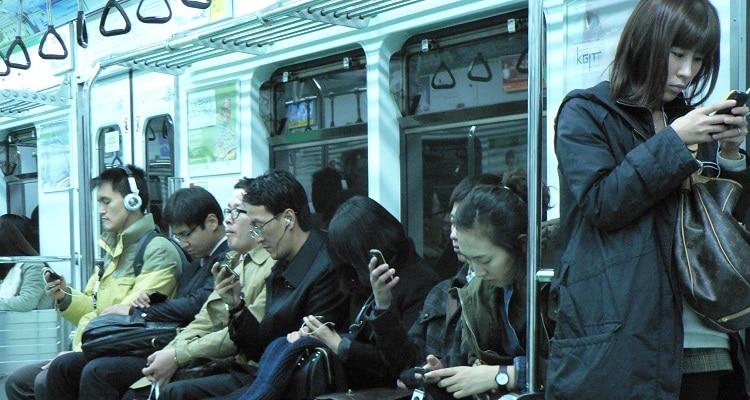 ชาวเกาหลีใช้เวลาเสพมือถือกัน ใช้เวลาสูงติดอันดับต้น ๆ ของโลก