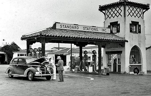 ปั๊มน้ำมัน Standard Oil เกิดขึ้นทั่วประเทศผลจากอุตสาหกรรมรถยนต์ที่เฟื่องฟู