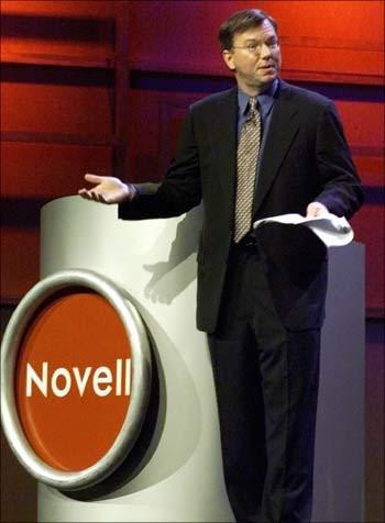 เอริก ชมิดต์ ที่ขณะนั้นเป็น CEO ของ Novell อยู่