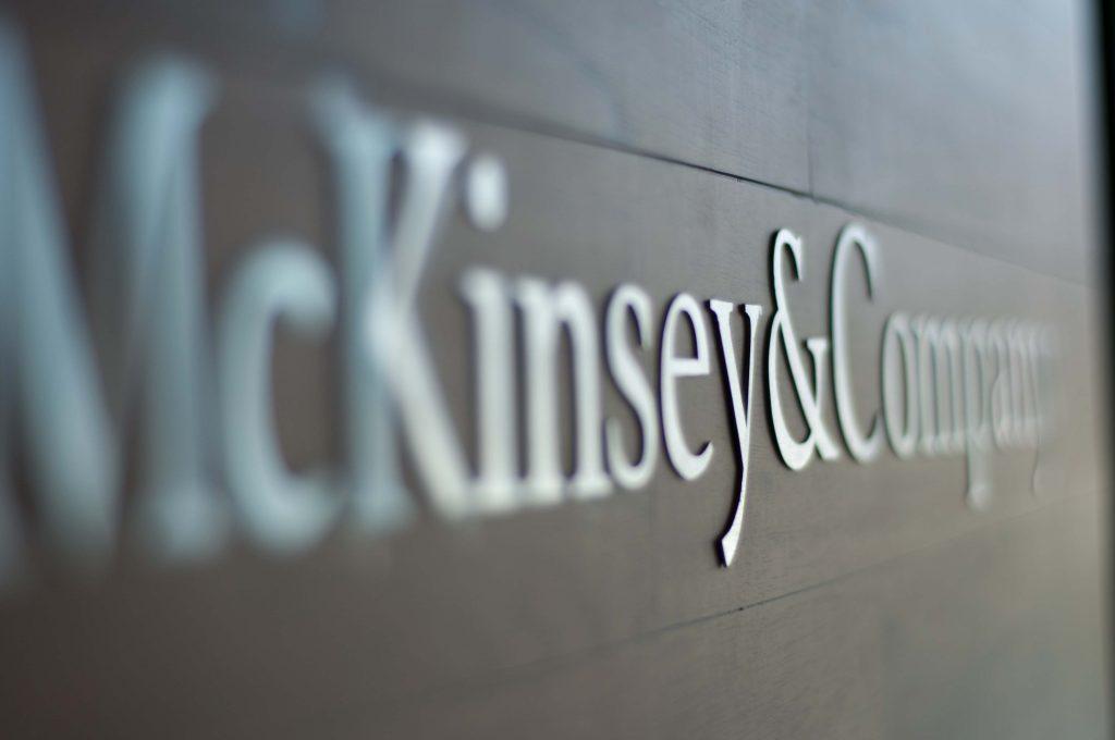 เริ่มทำงานกับบริษัทชั้นนำอย่าง McKinsey & Co., ที่แอฟริกาใต้