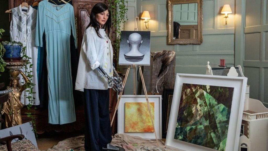 Ai Da ชักภาพร่วมกับงานศิลปะของเธอ