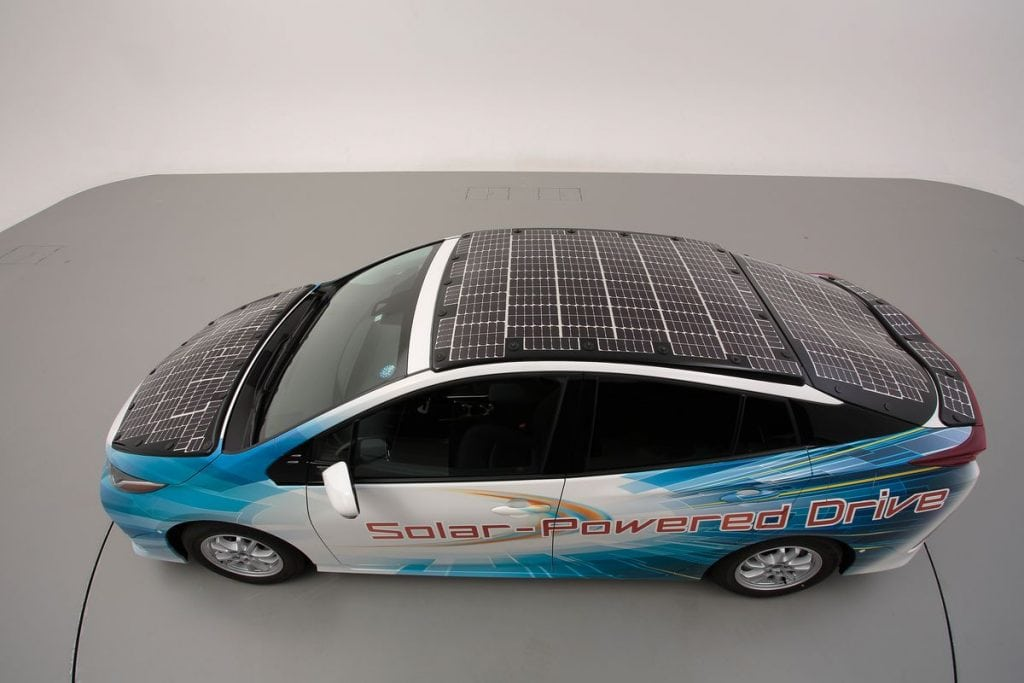 แผงโซลาร์เซลล์ บนรถยนต์ปลั๊กอินไฮบริดของ Toyota