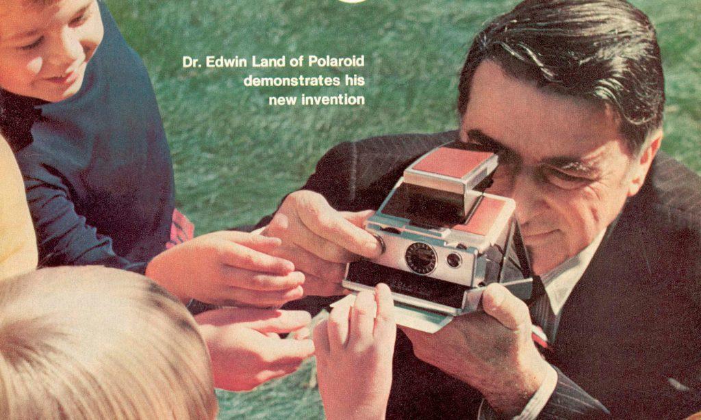 เอ็ดวินด์ แลนด ขณะสาธิตการใช้งานกล้องโพลารอยด์