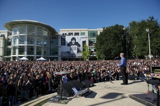 Tim Cook เริ่มมีบทบาทสำคัญขึ้นเรื่อย ๆ และดูแลพนักงานส่วนใหญ่ของ Apple