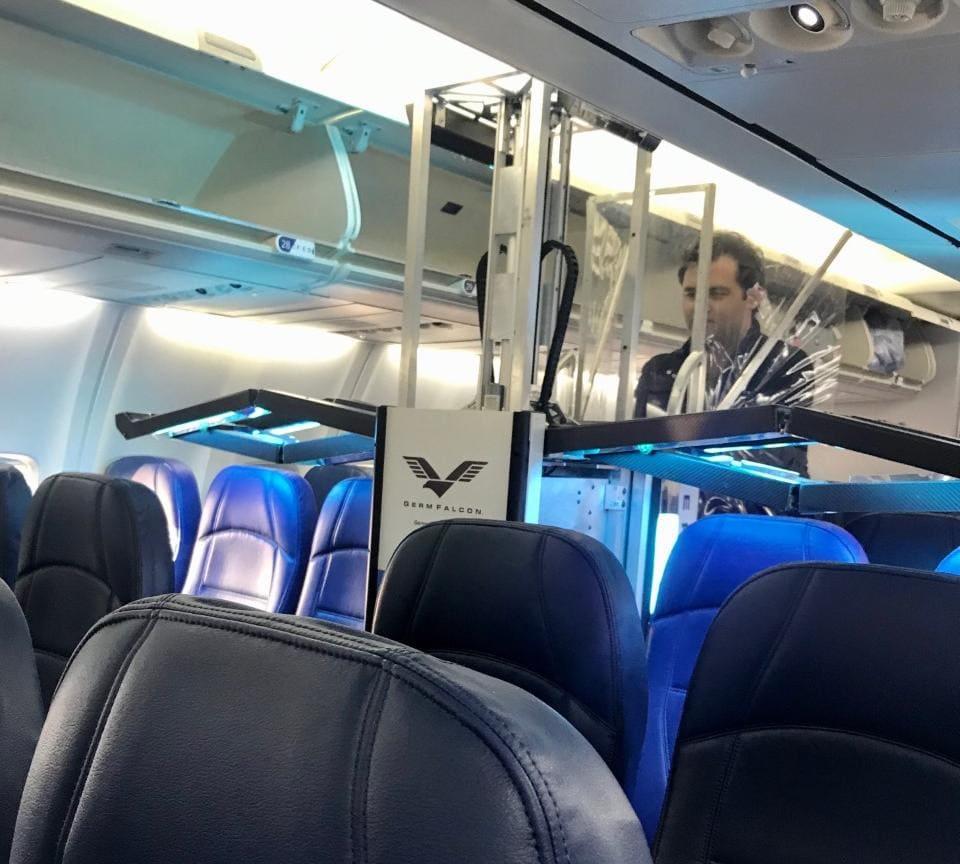Dimer GermFalcon ดำเนินการบนเครื่องบินที่ LAX