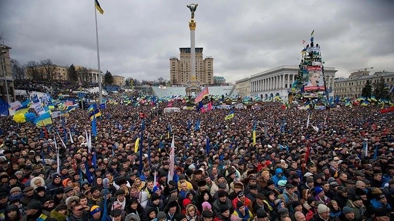 ประชาชนหลั่งไหลมารวมตัวกันที่จตุรัสไมดาน