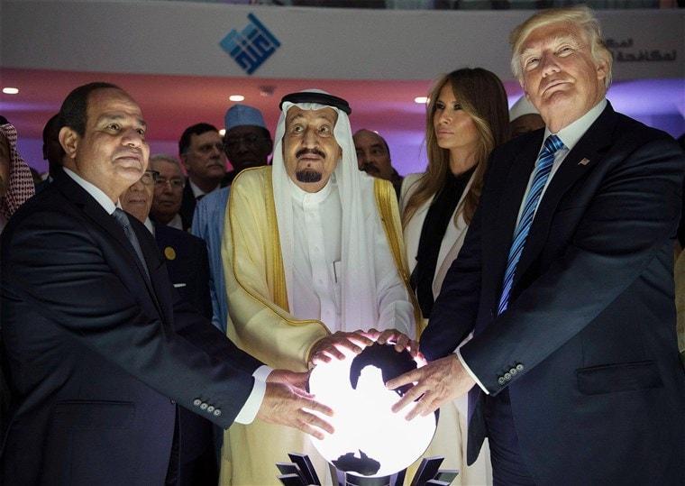เหล่าผู้นำที่มารวมตัวกันรอบ ๆ ลูกโลก