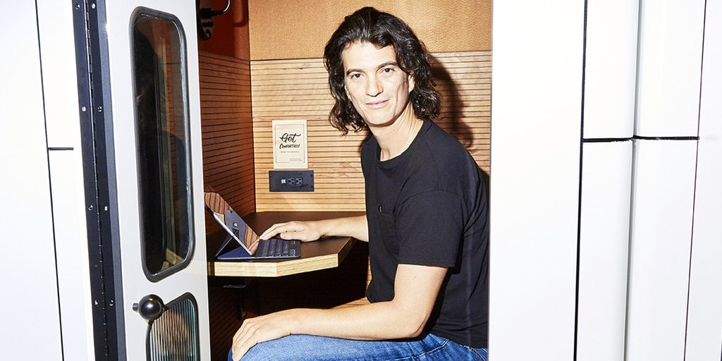 เสื้อยืดและกางเกงยีนส์ที่ Adam นั้นใส่มาทำงานแทบทุกวัน (CR:The News Republic)