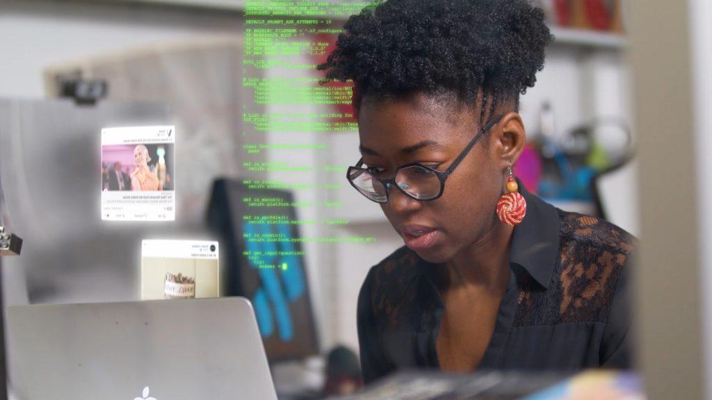 Joy Buolamwini ที่เข้ามาศึกษาคว้าคว้าเรื่องอคติของ AI อย่างจริงจัง (CR:WXXI.org)
