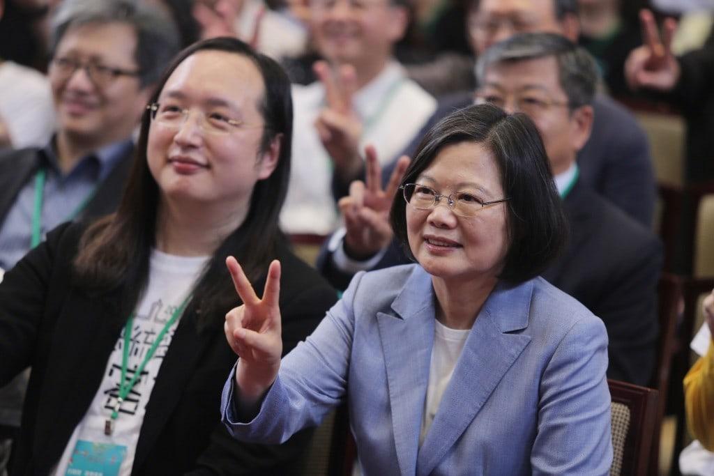 Audrey Tang และ Tsai Ing-wen ผู้ชักชวนเข้ามาร่วมงานทางด้านการเมือง (CR:Taiwan News)
