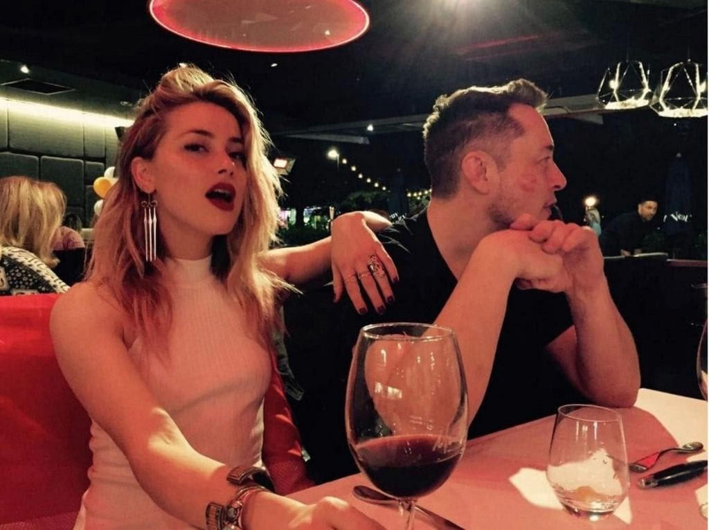 Musk ได้เริ่มออกเดทกับนักแสดงสาว Amber Heard (CR:mirror.co.uk)