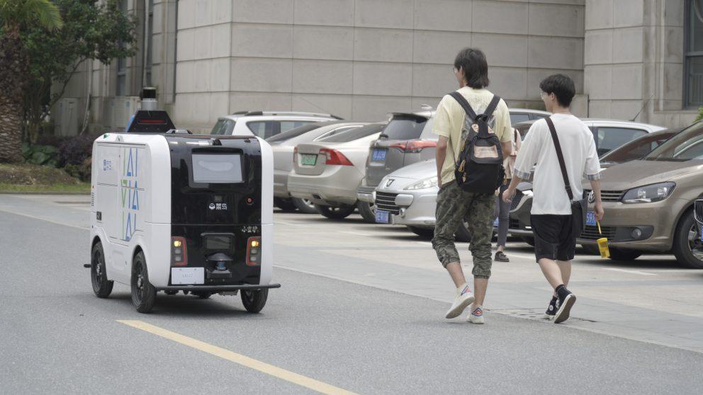 หุ่นยนต์กำลังส่งพัสดุในวิทยาเขตของมหาวิทยาลัยในเมืองหวู่ฮั่น ประเทศจีน